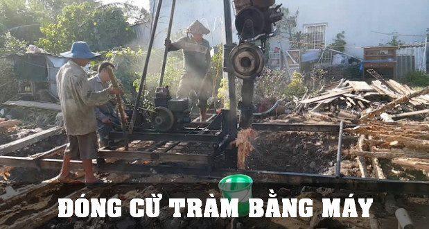 Công nhân thi công đóng cừ tràm bằng máy