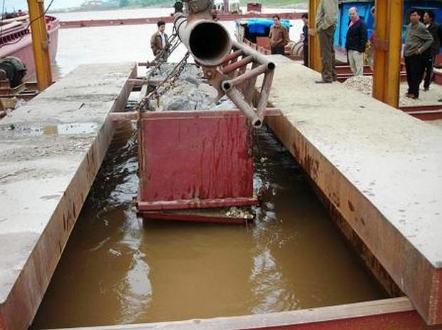 Kỹ thuật xây dựng bờ kè hiện đại: Thả khối đá đổ hộ chân bằng thùng chứa